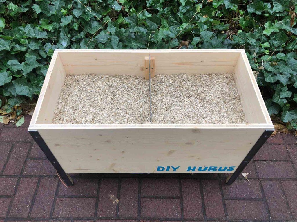 Wurmkomposter gefüllt mit Leinenstroh