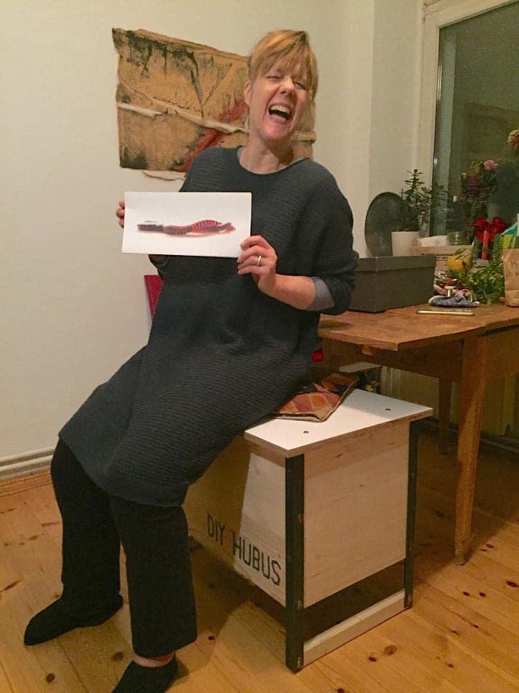 Anne-Katrin sitzt auf ihrem neuem Wurmkomposter, dem DIY hubus